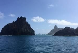 Passeios de barco em Fernando de Noronha, com paradas para mergulho e snorkel, permitem vistas como esta Foto: Marcelo Balbio / O Globo