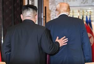 Líder norte-coreano, Kim Jong-un acompanha presidente americano, Donald Trump, durante cúpula em junho Foto: SAUL LOEB / AFP