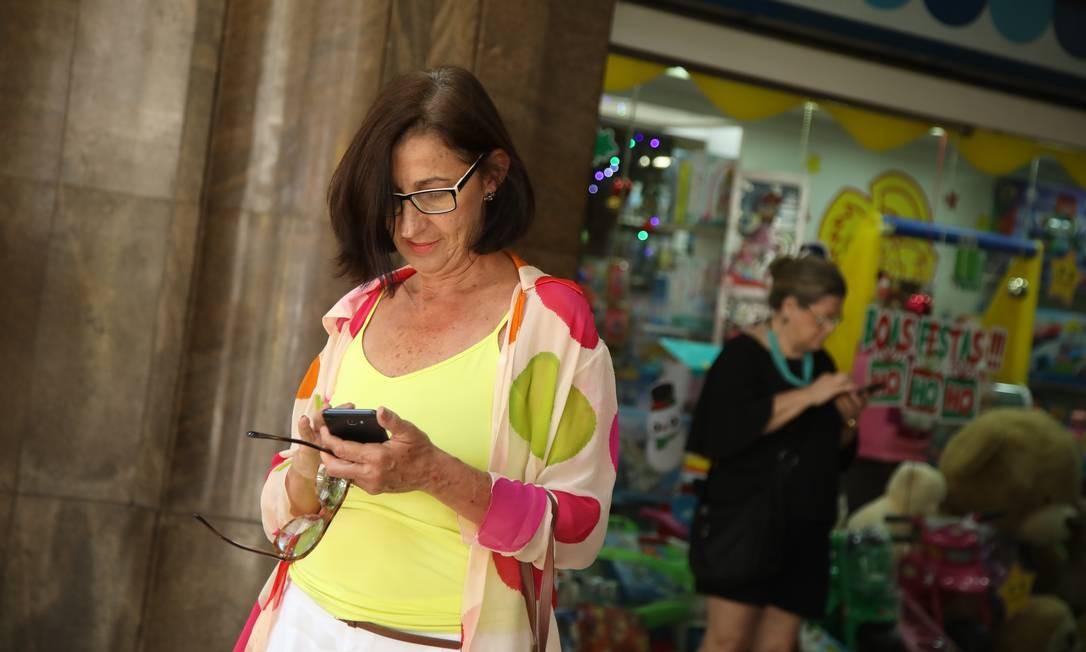 Patricia Anderson, de 61 anos, faz parte do grupo de idosos que usam a internet Foto: Agência O Globo