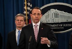 O procurador geral dos Estados Unidos, Rod Rosenstein participa de coletiva de imprensa ao lado do diretor do FBI, Christopher Wray sobre denúncia contra hackers chineses Foto: NICHOLAS KAMM / AFP