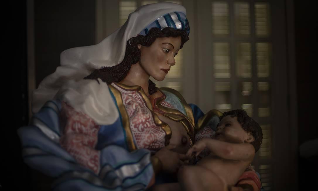 Maria com um dos seios de fora amamenta o menino Jesus Foto: Alexandre Cassiano / Agência O Globo