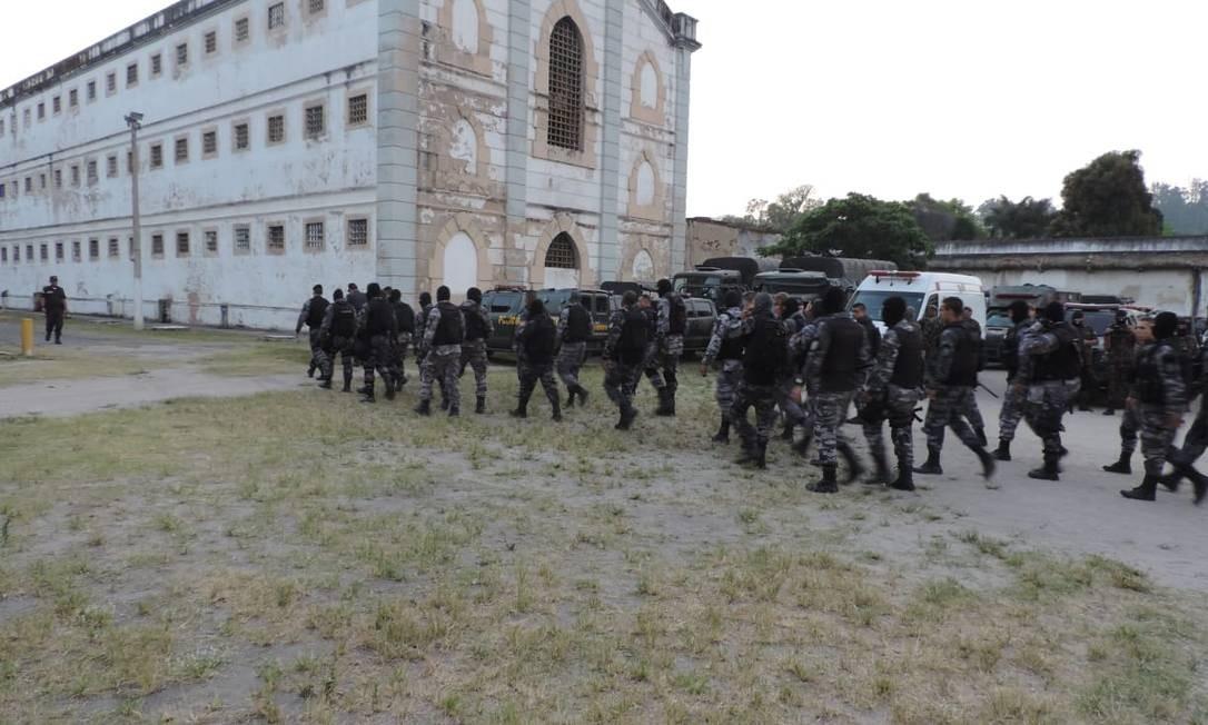 Os militares que fazem a vistoria na cadeia Foto: Reprodução