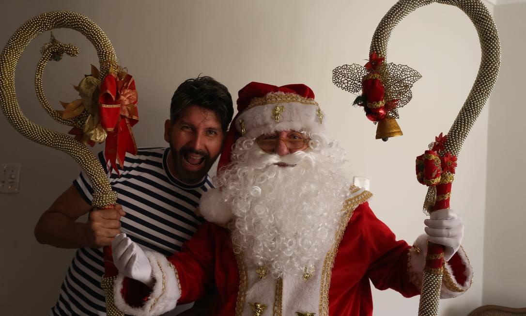 Parceria. O estilista Jorge Abreu e Sohail Saud, o Papai Noel, com seu novo figurino Foto: Pedro Teixeira / Pedro Teixeira