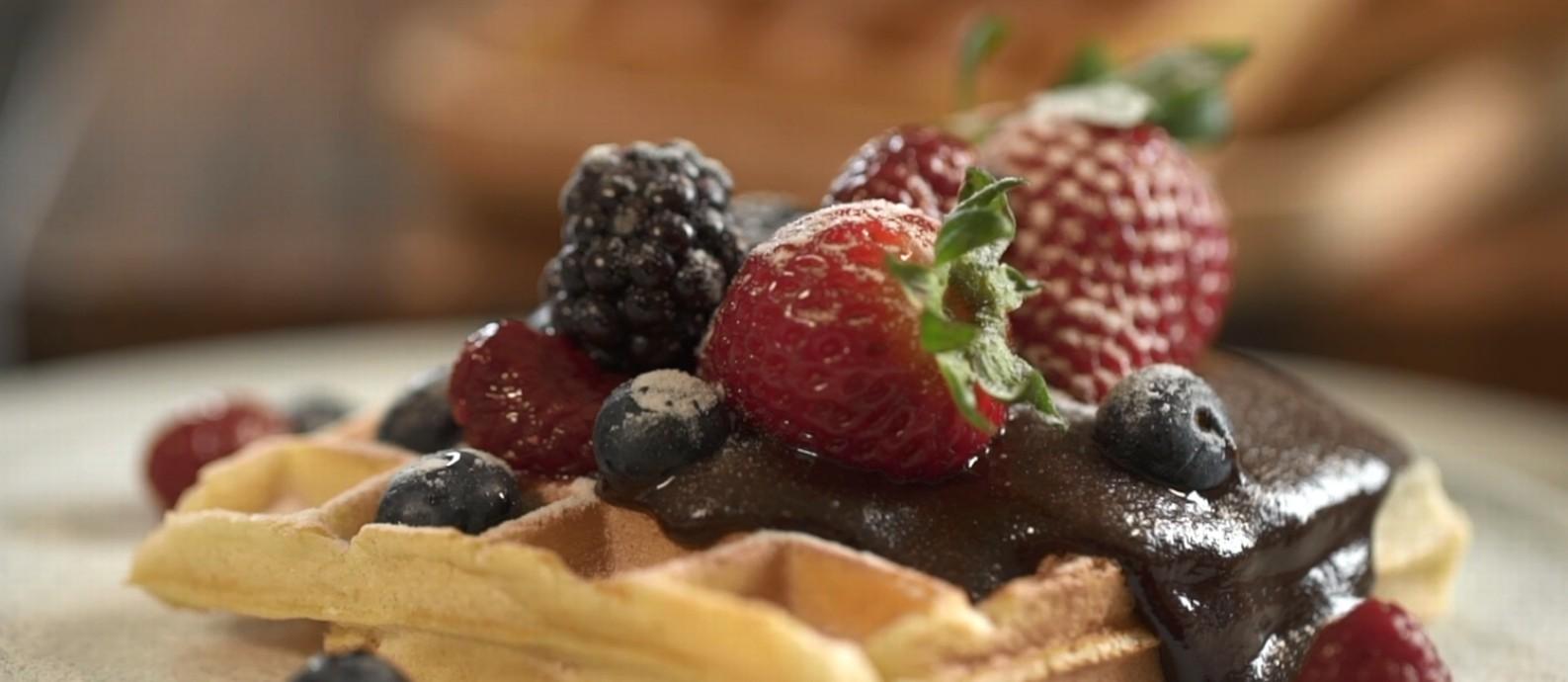 Waffle com ganache de chocolate e frutas vermelhas: aprenda a fazer Foto: G.lab