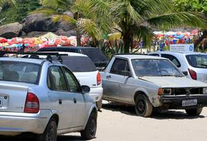 Na prainha de Piratininga, flanelinhas orientam motoristas a estacionarem até sobre a areia Foto: Roberto Moreyra / Agência O Globo
