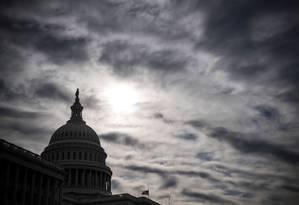 Nuvens negras sobre o Capitólio. Donald Trump diz estar pronto para 'um longo fechamento' Foto: SAUL LOEB / AFP