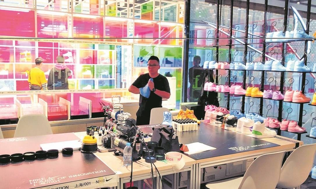 Estúdio para produção de tênis exclusivos na loja da Nike chamada Casa da Inovação, em Xangai, na China. Lá, o cliente monta seu calçado, escolhendo do cadarço ao tipo de solado Foto: João Sorima Neto