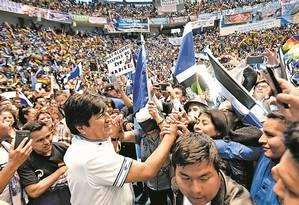 Evo Morales cumprimenta simpatizantes em Quillacollo, Cochabamba Foto: REUTERS/18-12-2018
