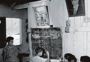 Aula de aritmética no Morro da Gamboa, área central do Rio de Janeiro, na década de 50 Foto: Three Lions / Getty Images