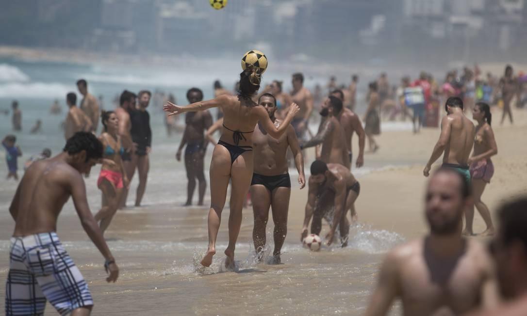Banhistas jogam altinho à beira-mar na Praia de Ipanema Márcia Foletto / Agência O Globo