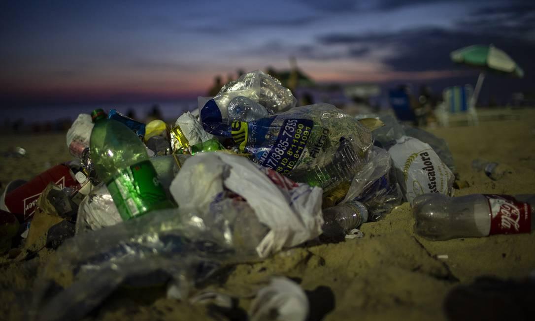 Embalagens vazias são deixadas por banhistas em Ipanema Foto: Alexandre Cassiano / Agência O Globo