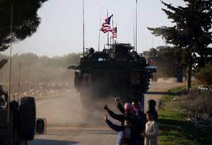 Comboio das forças americanas dirige pelo vilarejo de Yalanli, na Síria Foto: DELIL SOULEIMAN / AFP