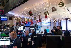 Bolsa de Nova York: investidores estão preocupados com futuro do Banco Central americano e com paralisação do governo Foto: BRYAN R. SMITH / AFP
