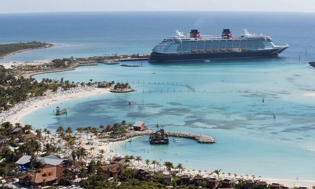 Navio de cruzeiro da Disney Cruise Line em ilha no Caribe Foto: David Roark / David Roark, photographer