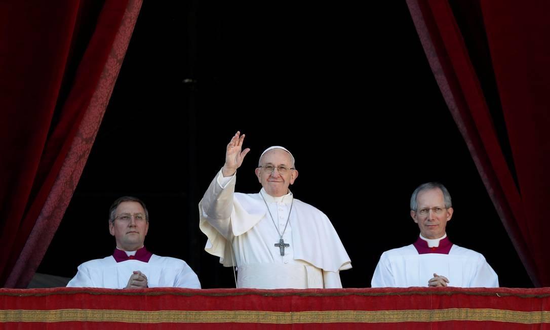 Papa Francisco acena para multidão na sacada principal da Basílica de São Pedro Foto: MAX ROSSI / Reuters