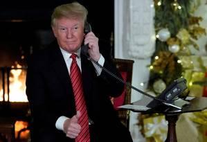 Presidente dos EUA, Donald Trump atende telefonemas de crianças que buscavam Papai Noel na noite de Natal Foto: JONATHAN ERNST / REUTERS