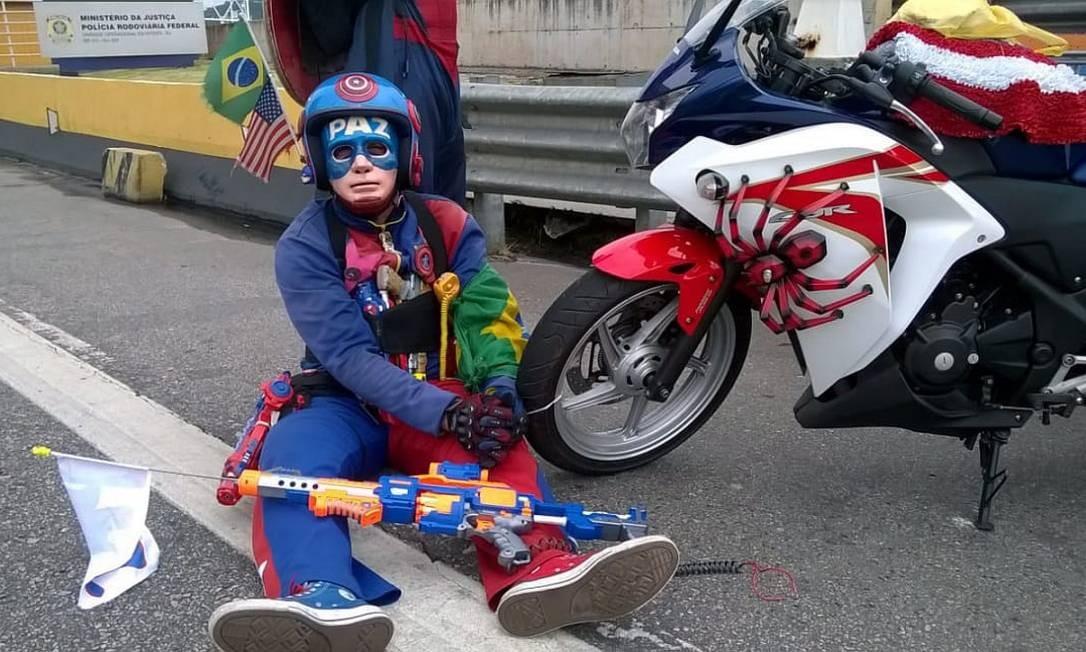 Capitão América tenta impedir apreensão de sua motocicleta Foto: Divulgação