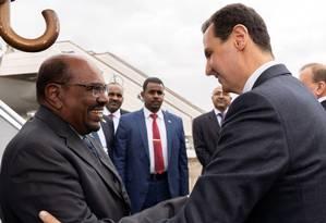 Presidente da Síria, Bashar al-Assad recebe líder do Sudão, Omar al-Bashir, em Damasco Foto: HO/Syrian Arab News Agency 16-12-2018 / AFP