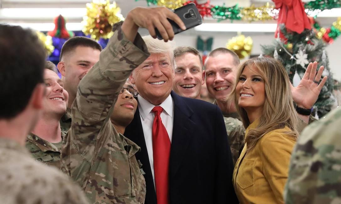 Presidente Donald Trump e primeira-dama Melania tiram selfie com soldados americanos no Afeganistão Foto: JONATHAN ERNST / REUTERS