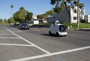 Minicarro autônomo da empresa americana Nuro. Em parceria com a rede Fry´s Food, o veículo faz entregas aos clientes, no Arizona, EUA Foto: CAITLIN O'HARA / NYT