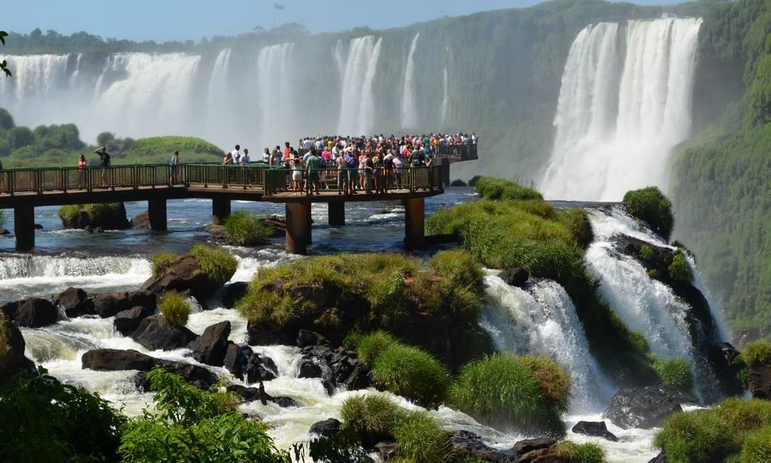 Visitantes nas Cataratas do Iguaçu: gastos de oito milhões visitantes de unidades de conservação federais geraram mais de R$ 4,1 bilhões em vendas totais Foto: Agência O Globo