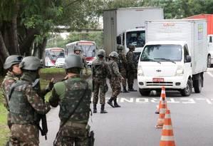 Operação do Exército na Avenida Brasil, na altura da Vila Kennedy, para combater o roubo de carga Foto: Arquivo / 19/06/2018 / Guilherme Pinto / Agência O Globo