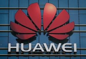 O logotipo da Huawei em um prédio de escritórios da gigante de tecnologia chinesa em Dongguan, no sul da China Foto: NICOLAS ASFOURI / AFP