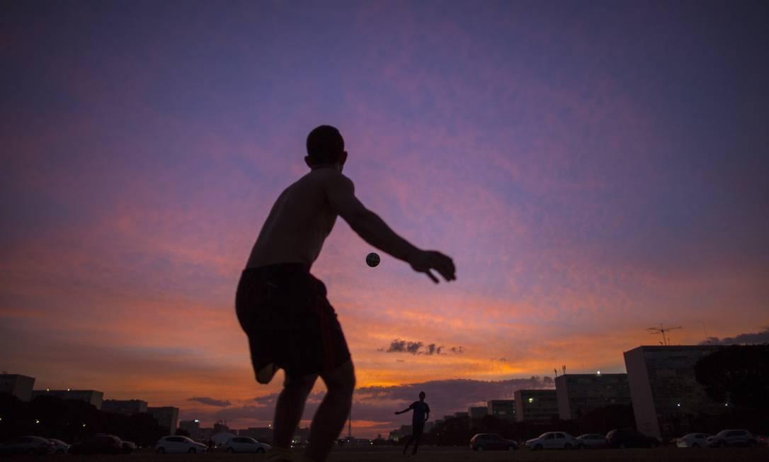 Brasilia, DF - 13/07/2018 - Funcionarios da empresa Engemil, que prestam servicos no Palacio da Justica, jogam futebol de goleirinha no gramado da Esplanada, em frente ao Congresso Nacional. Foto: Daniel Marenco / Agência O Globo