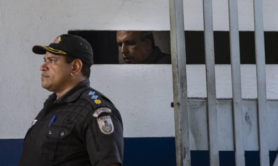 Operacao Boca de Lobo da Polícia Federal - O governador Luiz Fernando Pezão chega a Unidade Prisional da Policia Militar em Niteroi. Foto: Alexandre Cassiano / Agência O Globo
