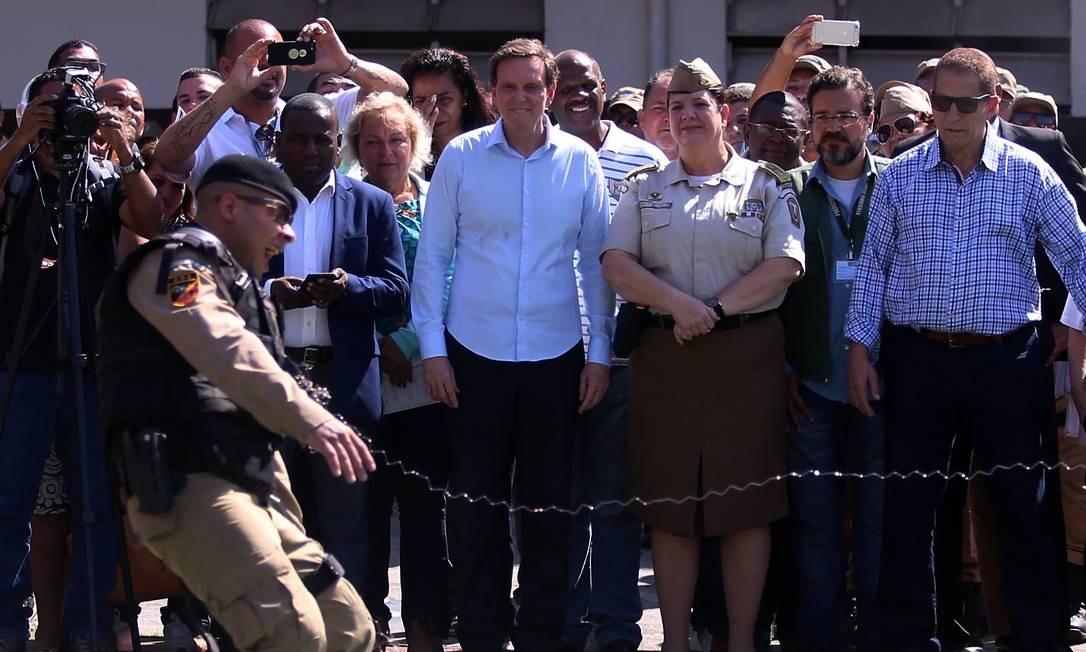 Prefeito Marcelo Crivella entrega pistolas não letais a Guarda Municipal do RJ. Foto: FABIANO ROCHA / Agência O Globo