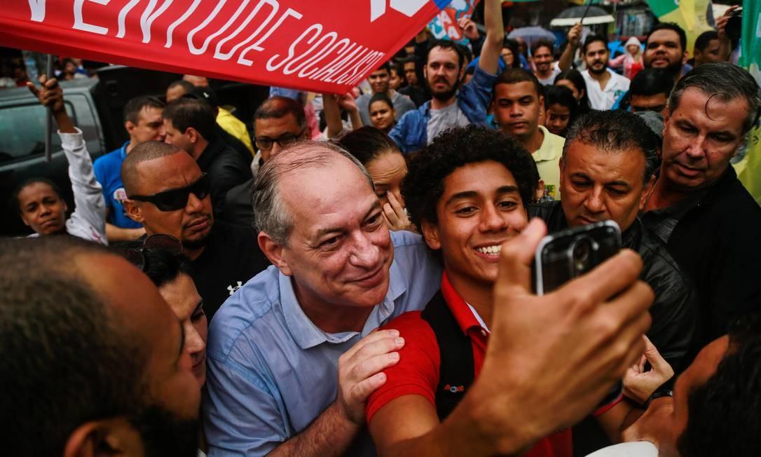 O candidato a Presidência da República Ciro Gomes faz ato político na Rocinha, Zona Sul do Rio de Janeiro Foto: Brenno Carvalho / Agência O Globo