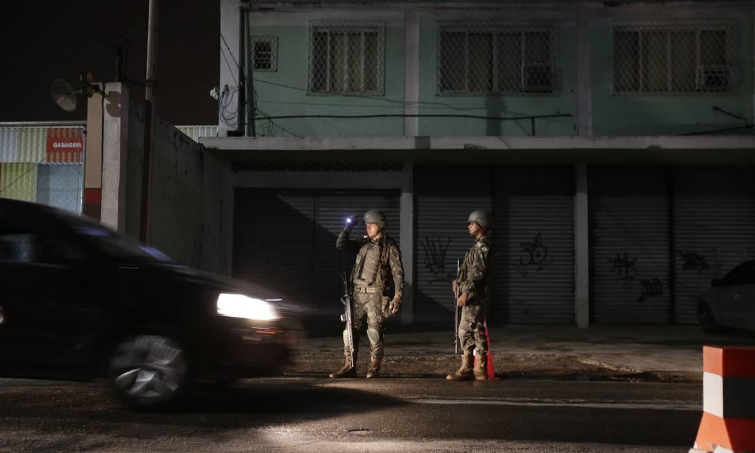 Militares do Exército na Rua Oscar Soares em Nova Iguaçu. Foto: Alexandre Cassiano / Alexandre Cassiano