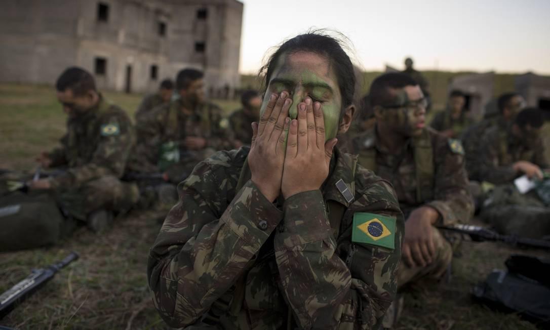 Primeira turma de mulheres na Academia Militar de Agulhas Negras. Na foto, Maria Luisa Medella no treinamento físico. Foto: Márcia Foletto / Agência O Globo