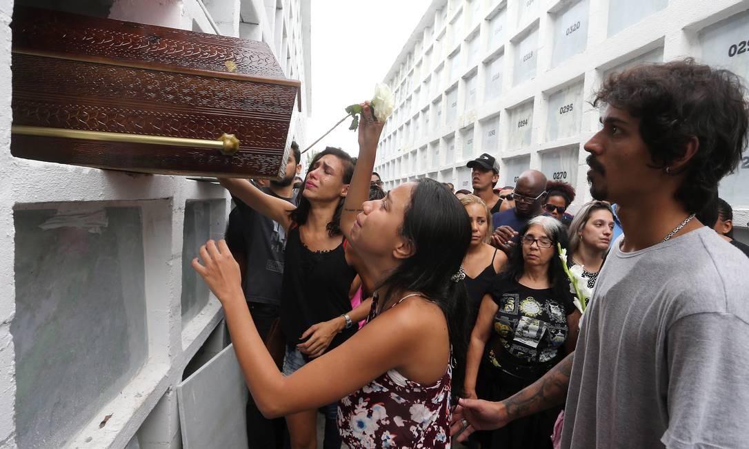 Enterro de Tarcila Pereira dos Santos no cemitério do Caju, que morreu em tentativa de assalto Foto: Guilherme Pinto / Agência O Globo