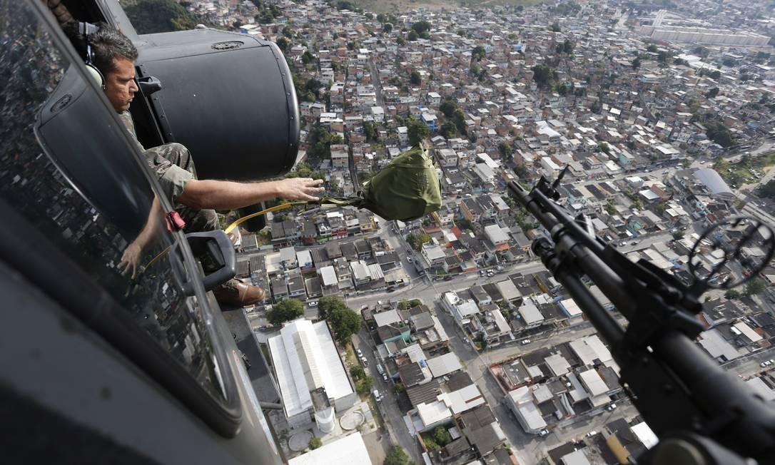 Helicóptero do exército Brasileiro sobrevoa o complexo do Chapadão jogando panfletos Foto: Domingos Peixoto / Agência O Globo