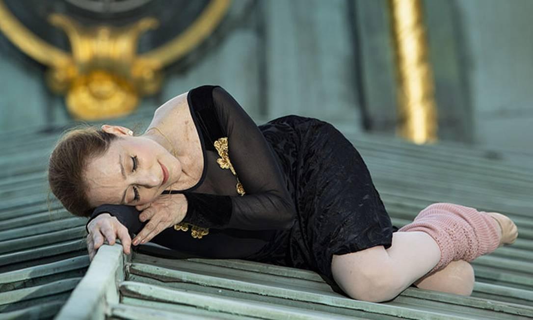 A bailarina Ana Botafogo posa para fotos no telhado do Theatro Municipal. Foto: Ana Branco / Agência O Globo
