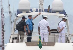 Bolsonaro desembarca no Iate Clube de Itacuruça, após passar o Natal na Marambaia Foto: Marcio Alves / Agência O Globo