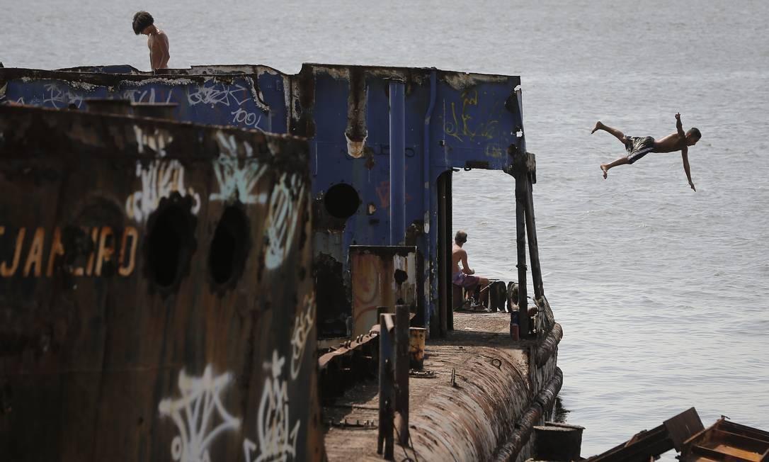 Cemitério de navios na Baia de Guanabara, na foto diversos navios abandonados virando lixo na Baia de Guanabara proximo ao Gradim em São Gonçalo Foto: Pablo Jacob / Agência O Globo