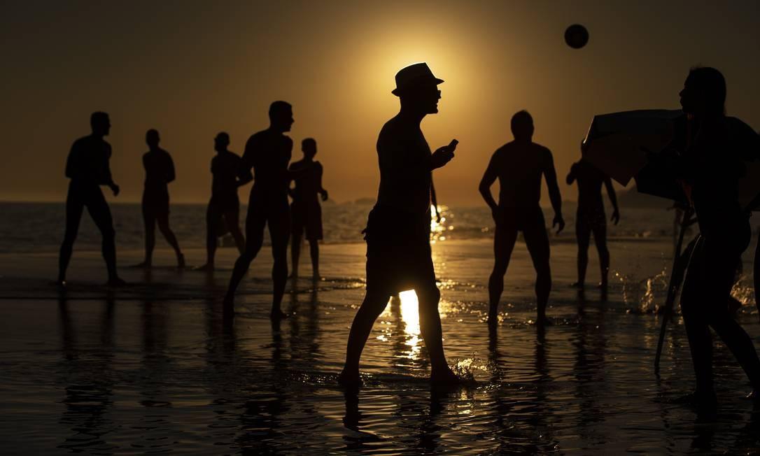 Fim de tarde na praia de Ipanema Foto: Alexandre Cassiano / Agência O Globo