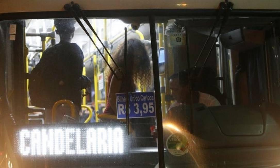 Crivella afirmou que momento não é oportuno para reajuste e lembrou aumento realizado há apenas seis meses Foto: Domingos Peixoto / Agência O GLOBO