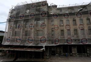 Vazia desde 2001, Estação Leopoldina está abandonada e ganhou recentemente uma rede de proteção na fachada por causa de risco de desabamento Foto: Fabiano Rocha / Agência O GLOBO