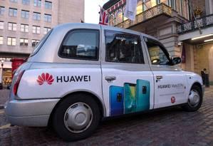 Propaganda da gigante chinesa de tecnologia Huawei estampada em um táxi londrino, estacionado na estação ferroviária de Charing Cross, no centro de Londres Foto: NIKLAS HALLE'N / AFP