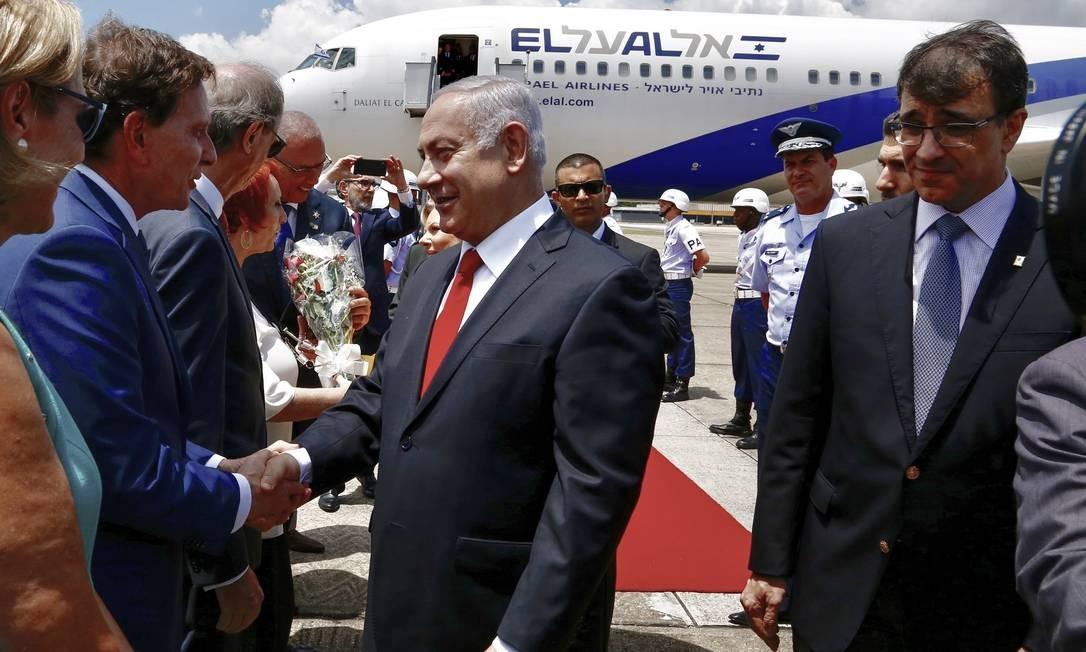 O prefeito Marcelo Crivella recebe o primeiro-ministro Benjamin Netanyahu, no Aeroporto do Galeão, no Rio Foto: Divulgação/Prefeitura do Rio