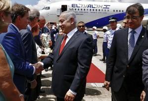 O prefeito Marcelo Crivella recebe o primeiro-ministro Benjamin Netanyahu, no Aeroporto do Galeão, no Rio Foto: Divulgação