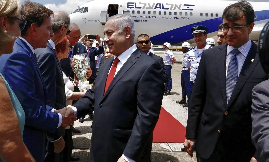 Netanyahu é recebido no Galeão pelo prefeito Marcelo Crivella Foto: Divulgação/Prefeitura do Rio