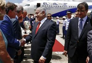 Netanyahu é recebido no Galeão pelo prefeito Marcelo Crivella Foto: Agência O Globo / Agência O Globo