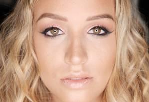 O maquiador Kris Moser usou tons de rosa, uma tendência, segundo ele, para fazer a make na modelo Chay Carvalho: brilho e leveza Foto: Divulgação/Gabriela Andrade