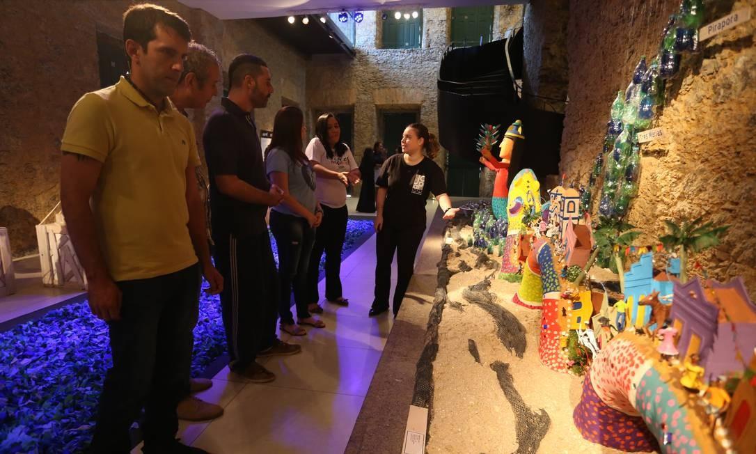 Prática. A monitora Mariana (de preto) com visitantes no museu Foto: Pedro Teixeira / Agência O Globo