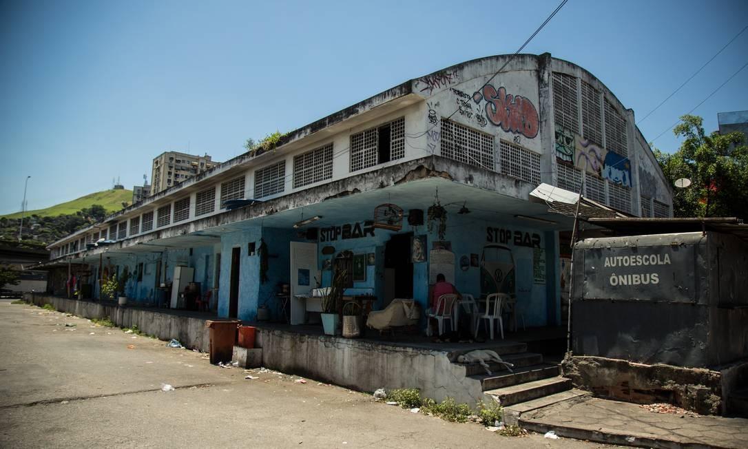 No galpão com acesso pela Rua Presidente Castelo Branco moram 26 famílias que ainda não foram removidas Foto: Brenno Carvalho / Agência O Globo