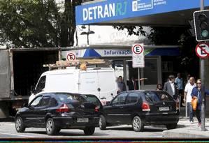 Valor para emissão de carteiras de identidade e habilitação também terão aumento Foto: Marcos Ramos / Agência O Globo